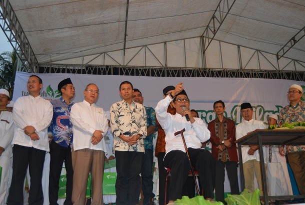 Ketua dewan pembina dompet dhuafa, parni hadi, bersama pengurus dompet dhuafa di acara milad dompet dhuafa