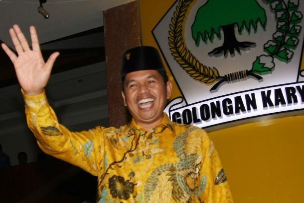 Ketua DPD I Golkar Jawa Barat Dedi Mulyadi melambaikan tangan kepada para wartawan usai rapat DPD Golkar Provinsi, di Kantor DPP Partai Golkar, Jakarta, Senin (20/11).