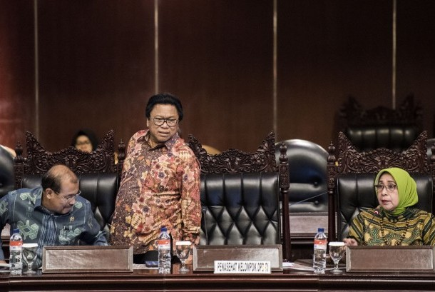 Ketua DPD Oesman Sapta Odang (tengah) didampingi Wakil Ketua DPD Nono Sampono (kiri) dan Darmayanti Lubis (kanan) memimpin sidang Paripurna DPD di Kompleks Parlemen, Senayan, Jakarta, Rabu (23/8).