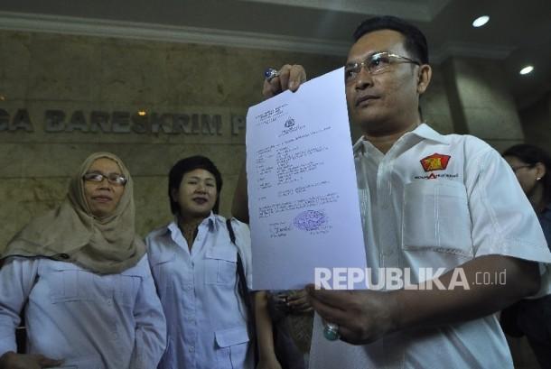 Ketua DPP Partai Gerindra Iwan Sumule memperlihatkan surat bukti laporan atas Pencemaran Nama Baik di Kantor Bareskrim Mabes Polri, Kompleks Gedung KKP, Gambir, Jakarta Pusat, Jumat (4/8).