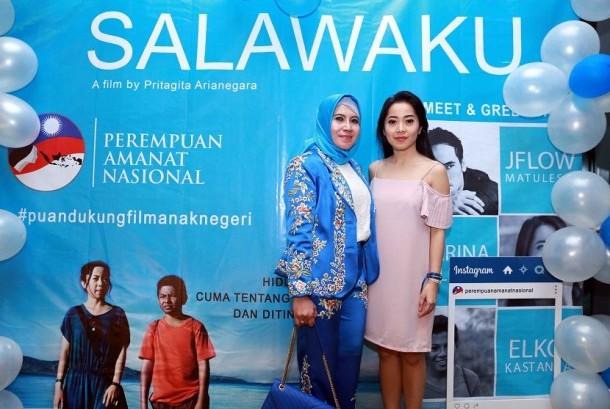 Ketua DPP PUAN Evi Marfiningsianti (kiri) bersama pemeran utama film Salawaku, Karina Salim (Kanan) dalam kegiatan nonton bareng film Salawaku di Kemang Village XXI, Jakarta