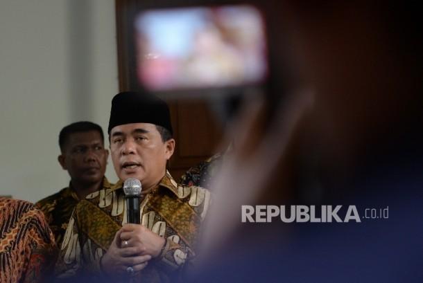 Ketua DPR RI Ade Komarudin (tengah) menggelar konferensi pers usai bertemu dengan Ketua Umum DPP PDIP Megawati Soekarnoputri di Jakarta, Jumat (25/11).