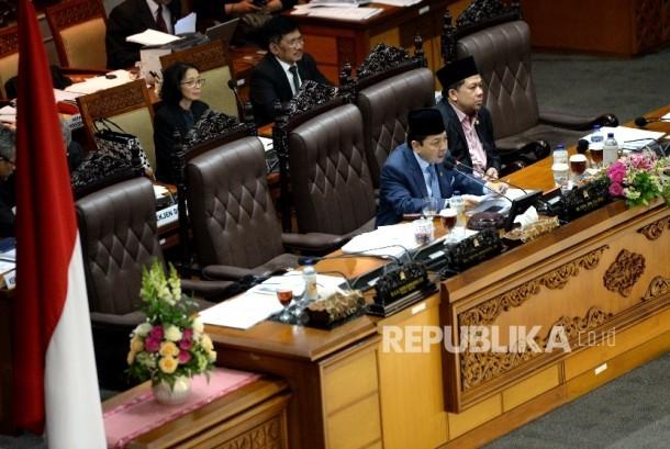 Ketua DPR RI Setya Novanto (kiri) bersama Wakil Ketua DPR RI Fahri Hamzah memimpin Rapat Paripurna ke-32 masa persidangan V tahun sidang 2016-2017 di Kompleks Parlemen Senayan, Jakarta, Kamis (20/7).