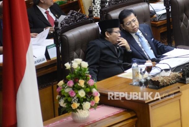 Ketua DPR Setya Novanto (kanan) berdiskusi dengan Wakil Ketua DPR Taufik Kurniawan saat memimpin Rapat Paripurna ke-33 di Kompleks Parlemen, Senayan, Jakarta, Kamis (27/7).