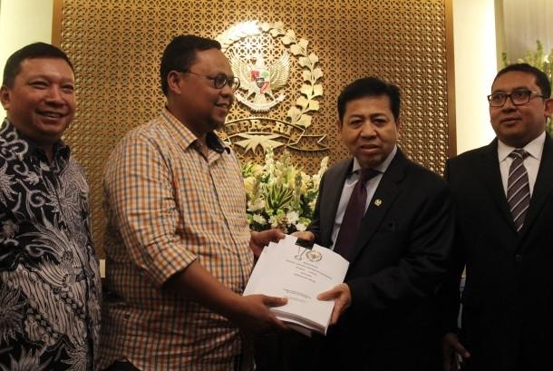Ketua DPR Setya Novanto (kedua kanan) didampingi Wakil Ketua DPR Fadli Zon (kanan) menerima laporan Ketua Pansus RUU Pemilu Lukman Edy (kedua kiri) dan Anggota Pansus Fandi Utomo (kiri) di Kompleks Parlemen, Senayan, Jakarta, Senin (17/7).