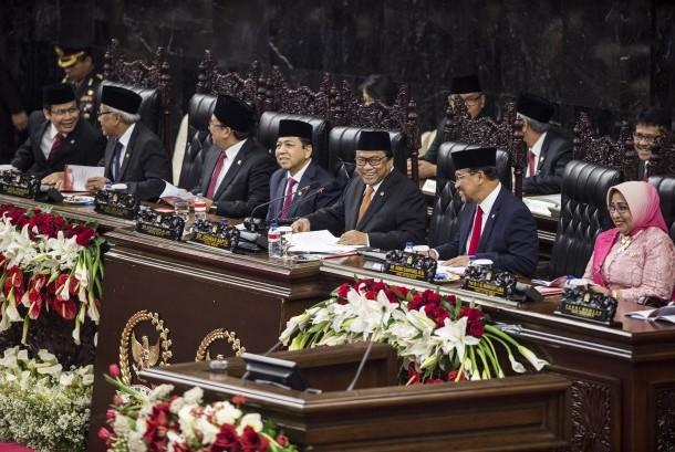 Ketua DPR Setya Novanto (keempat kiri) didampingi pimpinan DPR dan Ketua DPD Oesman Sapta Odang (ketiga kanan) serta pimpinan DPD memimpin Sidang Bersama DPR dan DPD Tahun 2017 di Kompleks Parlemen, Senayan, Jakarta, Rabu (16/8).