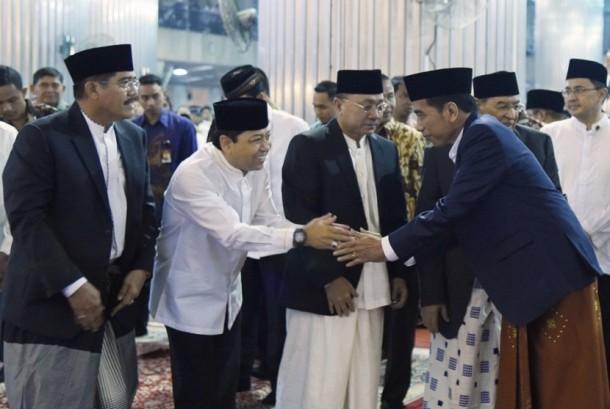 Ketua DPR Setya Novanto (kiri) berjabat tangan dengan Presiden Joko Widodo.