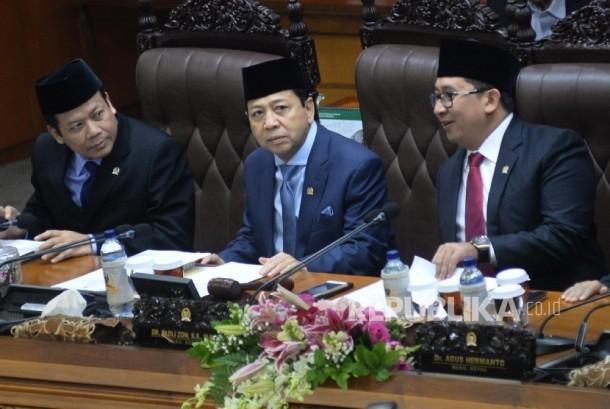 Ketua DPR Setya Novanto (trengah) mengikuti rapat paripurna pengambilan keputusan RUU Pemilu di kompleks parlemen, Jakarta, Kamis (20/7).