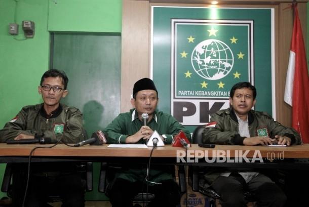 Ketua DPW PKB DKI Jakarta Hasbialla Ilyas (tengah) memberikan keterangan pers di kantor DPW PKB DKI Jakarta, Kamis (23/2).