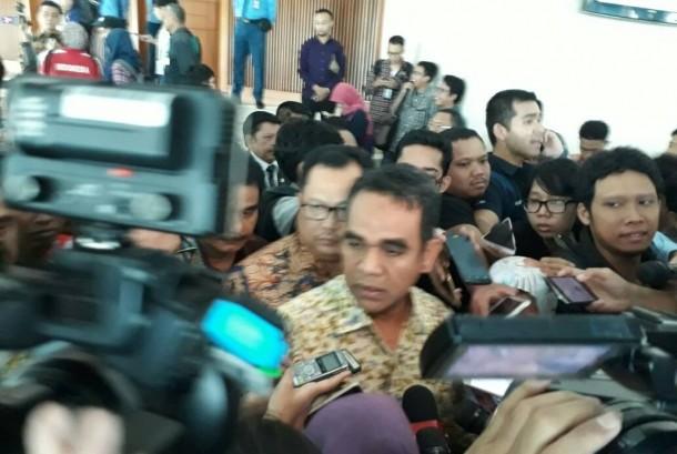 Ketua Fraksi Gerindra Ahmdad Muzani dikerumuni wartawan saat walk out dari ruang sidang paripurna Nusantara II, Jumat (28/4)