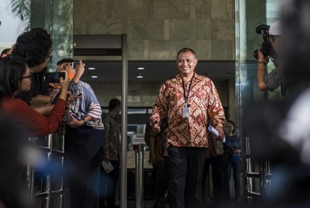 Ketua KPK Agus Rahardjo menyapa awak  media saat keluar gedung KPK, Jakarta, Jumat (19/2)
