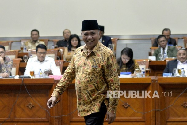 Ketua KPK Agus Raharjo saat mengikuti rapat dengar pendapat dengan Komisi III DPR di Kompleks Parlemen, Senayan, Jakarta, Selasa (26/9).