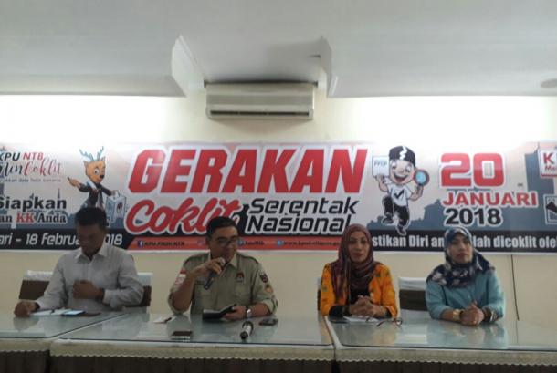 Ketua KPUD NTB Lalu Aksar Anshari dalam jumpa pers tentang gerakan coklit serentak nasional yang akan dimulai pada Sabtu (20/1) besok.