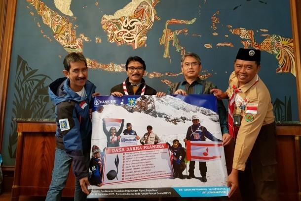Ketua Kwarnas Gerakan Pramuka, Adhyaksa Dault menunjukan tiga foto bersejarah dengan spanduk Pancasila, Dasa Darma Pramuka, Visit Indonesia dan Bhinneka Tunggal Ika di Pegunungan Alpen, Eropa Barat.