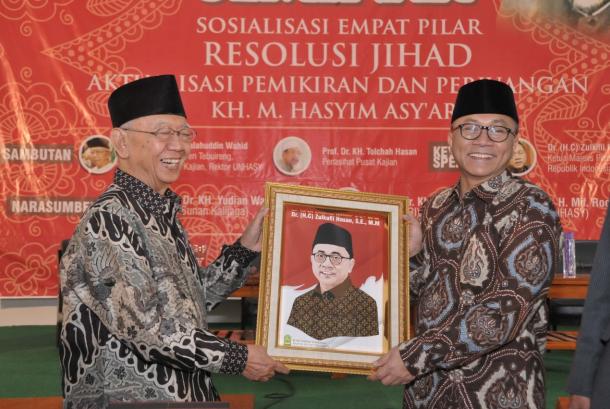 Ketua MPR RI  Zulkifli Hasan bersama KH Sholahuddin Wahid.