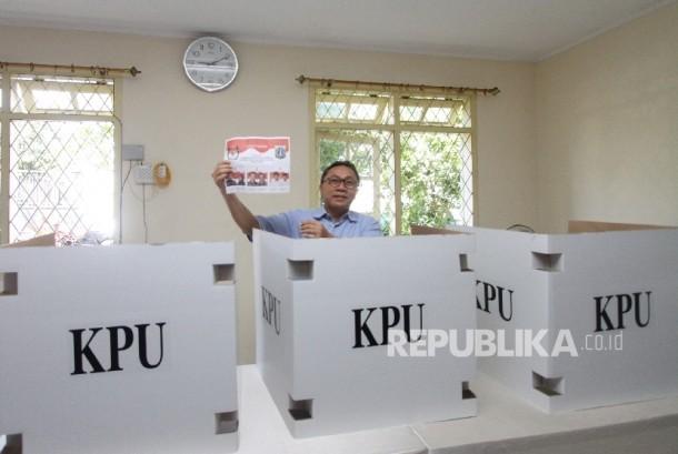 Ketua MPR Zulkifli Hasan memberikan suara di TPS 79, Kompleks Cipinang Indah, Jakarta, Rabu (15/2).