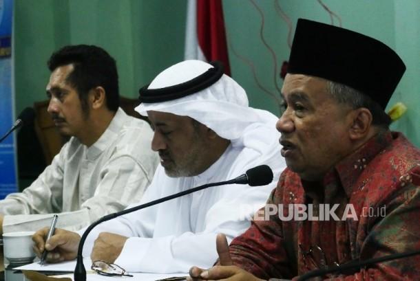 Ketua MUI Muhyidin Junaidi (kanan) didampingi Kepala Kantor Rabith Jakarta Syekh Fahd Alharbi (tengah) dan Ketua Wahda Islamiyah Zaytun Asmi, menyampaikan penjelasannya menegnai Konferensi Ulama Dunia IslamKerjasama MUI dengan Rabith Alam Islamiyah, di Jak