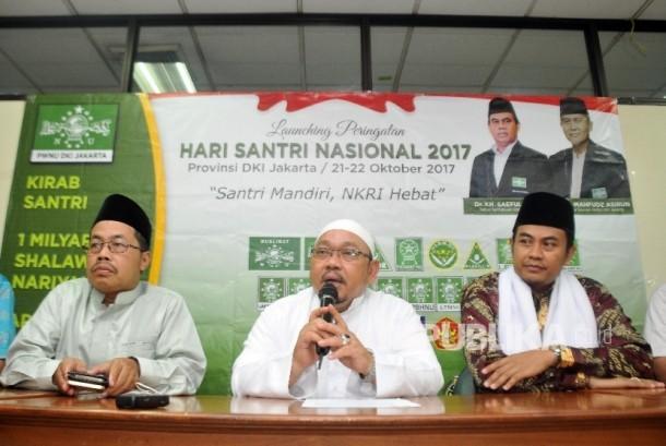 Ketua Panitia Hari Santri Nasional yang juga Wakil Ketua Pengurus Besar Nahdlatul Ulama (PBNU) KH. Munahar Muchtar (tengah) didampingi jajaran Pengurus Wilayah Nadlatul Ulama (PWNU) menggelar konferensi pers Hari Santri Nasional 2017 di Balai Kota Jakarta Barat, Selasa (17/10).
