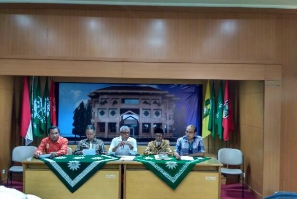Ketua PP Muhammadiyah Bidang Hukum, Busyro Muqoddas (tengah) saat menggelar jumpa pers terkait pembakaran masjid milik Muhammadiyah di Aceh di Kantor PP Muhammadiyah Yogyakarta, Senin (23/10) sore.