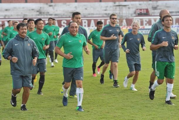 Ketua PSSI Edy Ramayadi (kedua kiri), Pelatih Sepak Bola Timnas U-19 Indra Sjafri (kiri), dan Pelatih Timnas U-22 Luis Mila (kanan) mengikuti sesi latihan di Stadion Kapten Dipta, Gianyar, Bali, Kamis (6/7).