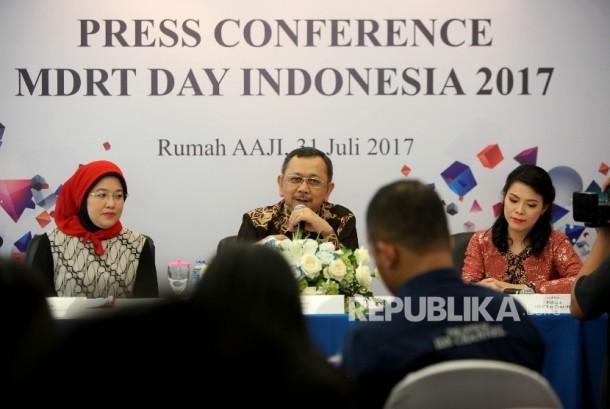 Ketua Umum Asosiasi Asuransi Jiwa Indonesia (AAJI) Hendrisman Rahim (tengah) bersama Country Chair Million Dollar Round Table (MDRT) Indonesia Aryani P.Razik (kiri) dan Chairman of MDRT Day 2017 Miliana (kanan), memberi keterangan pers terkait MDRT Day 2017 di Jakarta, Jumat (31/7).