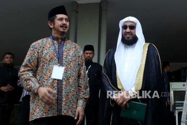 Ketua Umum Dewan Pimpinan Pusat Wahdah Islamiyah (DPP WI) Ustadz Muhammad Zaitun Rasmin (kiri) berbincang dengan Imam Masjidil Haram, Syekh Dr Hasan bin Abdul Hamid Bukhari (kanan)saat menghadiri Muktamar III Wahdah Islamiyah di Asrama Haji, Pondok Gede, J