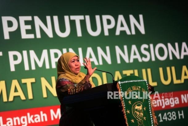 Ketua Umum DPP Muslimat NU Khofifah Indar Parawansa memberi sambutan sekaligus menutup acara Rapimnas PP Muslimat NU di Jakarta, Senin (27/3).