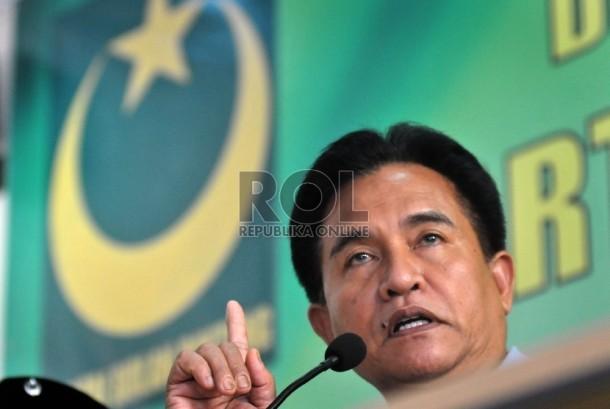 Ketua Umum DPP Partai Bulan Bintang (PBB) Yusril Ihza Mahendra memberikan keterangan pers terkait pandangan umum PBB atas satu tahun kinerja pemerintahan Jokowi-JK di Markas besar PBB, Jakarta, Senin (26/10).   (Republika/Rakhmawaty La'lang)