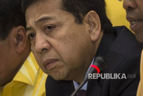 Ketua Umum DPP Partai Golkar Setya Novanto (tengah) seusai memberikan keterangan pers terkait hasil rapat pleno tertutup di Kantor DPP Partai Golkar, Palmerah, Jakarta, Selasa (18/7).