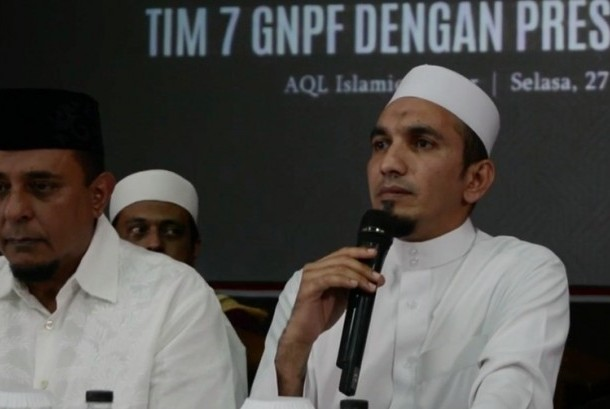 Ketua Umum Front Pembela Islam (FPI) KH Ahmad Sobri Lubis (kanan).