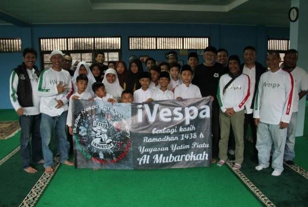 Ketua Umum iVespa, Arief T Ramdani, ditemani sejumlah anggota iVespa memberikan santunan ke Yayasan Yatim Piatu Al Mubarokah, Kamis (22/6).