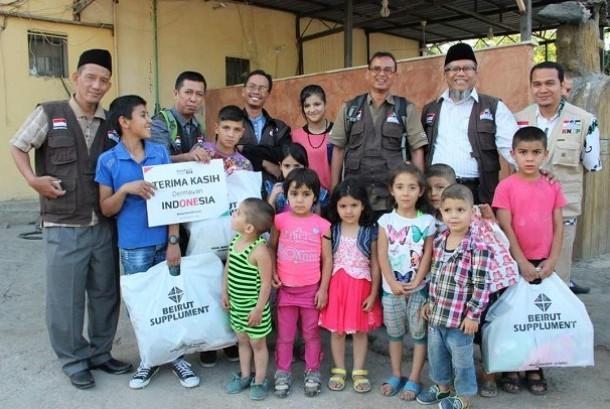 Ketua Umum KNRP Suripto (kedua kiri) bersama beberapa perwakilan KNRP wilayah menyerahkan bantuan bingkisan Ramadhan Projects untuk pengungsi Palestina di permukiman Wasithoh, wilayah Shour/Tyr, Lebanon Selatan, Ahad (18/6).
