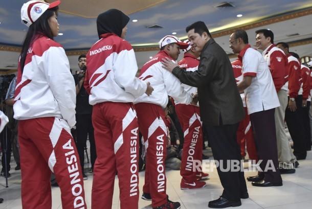 Ketua Umum Komite Olimpiade Indonesia (KOI) Erick Thohir (ketiga kanan) bersama Sesmenpora Gatot S. Dewa Broto (kedua kanan) dan Chief de Mission (CDM) Kontingen SEA Games Indonesia, Aziz Syamsuddin menyalami atlet seusai upacara pengukuhan kontingen Indonesia untuk SEA Games XXIX di Kuala Lumpur, Malaysia, di Wisma Kemenpora, Senayan, Jakarta, Rabu (2/8).