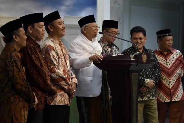 Ketua Umum Majelis Ulama Indonesia (MUI) KH Ma'ruf Amin (keempat kiri) dan Ketua Pelaksana Kongres Ekonomi Umat Lukmanul Hakim (ketiga kiri) menyampaikan keterangan kepada wartawan usai bertemu dengan Presiden Joko Widodo di Kantor Presiden, Jakarta, Jumat (31/3).