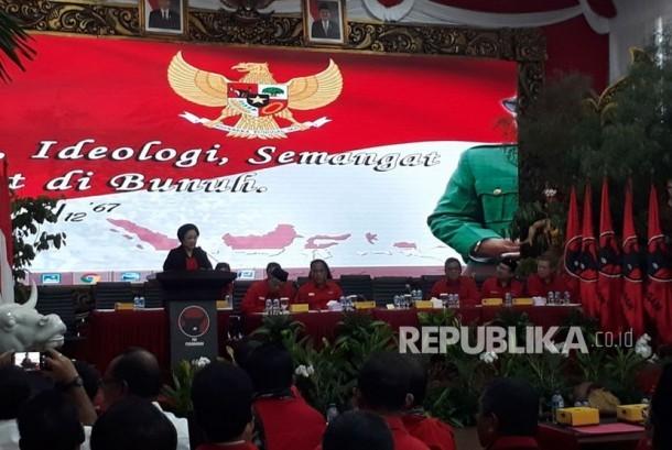 Ketua Umum Megawati Soekarno Putri mengumumkan paslon Gubernur dan Wakil Gubernur untuk Provinsi Riau, sulawei Tenggara,NTT,  dan Maluku di kantor pusat PDIP, Ahad (17/12).