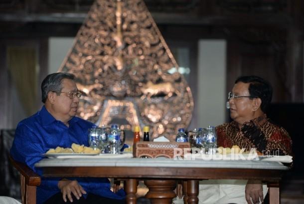 Ketua Umum Partai Demokrat Susilo Bambang Yudhoyono (kiri) berbincang bersama Ketua Umum Partai Gerindra Prabowo Subiyanto di pendopo Puri Cikeas, Jawa barat, Rabu (27/7) malam.