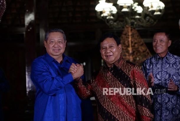 Ketua Umum Partai Demokrat Susilo Bambang Yudhoyono (kiri) dan Ketua Umum Partai Gerindra Prabowo Subiyanto berjabat tangan usai pertemuan di Puri Cikeas, Jawa barat, Rabu (27/7) malam.