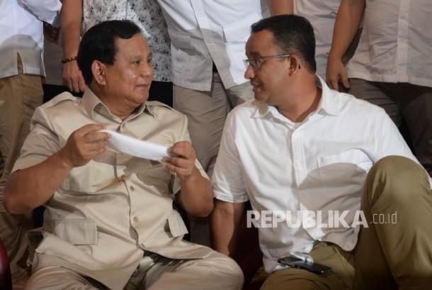 Ketua Umum Partai Gerindra Prabowo Subianto (kiri) berbincang dengan Anies Baswedan.