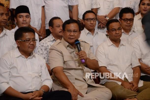 Ketua Umum Partai Gerindra Prabowo Subianto (tengah) bersama Presiden Partai Keadilan Sejahtera (PKS) Sohibul Iman (kiri) dan Calon Gubernur DKI Jakarta Anies Baswedan (kanan) memberikan keterangan pers di Kediaman Prabowo, Jakarta, Sabtu (15/4) malam.