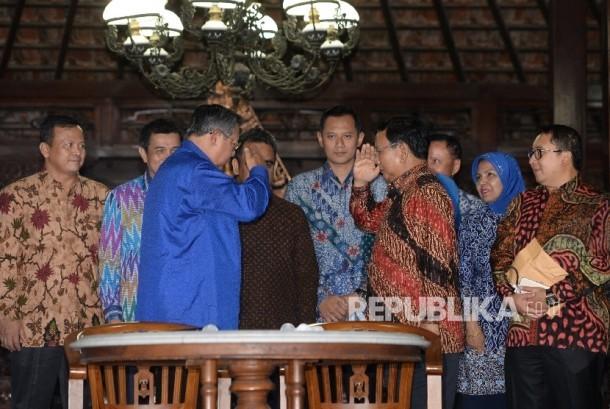 Ketua Umum Partai Gerindra Prabowo Subiyanto (kanan) memberikan salam hormat kepada Ketua Umum Partai Demokrat Susilo Bambang Yudhoyono usai pertemuan di Puri Cikeas, Jawa barat, Rabu (27/7) malam.