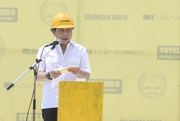 Ketua Umum Partai Golkar Setya Novanto memberikan sambutan saat Topping Off gedung baru Partai Golkar di DPP Partai Golkar di Jakarta, Ahad (12/11).