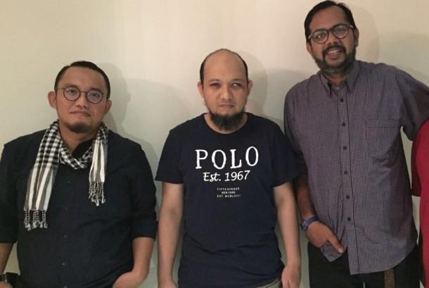 Ketua Umum Pemuda Muhammadiyah Dahnil Anzar (kiri) berfoto bersama Novel Baswedan dan aktivis Kontras, Haris Azhar.