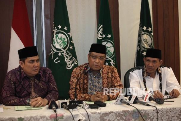 Ketua Umum Pengurus Besar Nahdatul Ulama (PBNU) KH Said Aqil Siroj (tengah), didampingi Sekjen PBNU Helmy Faishal Zaini(kiri), dan Ketua bidang Hukum Robikin Emhas (kanan)saat memberikan keterangan pers menyikapi isu  Aksi Bela Islam II mendatang di Kantor