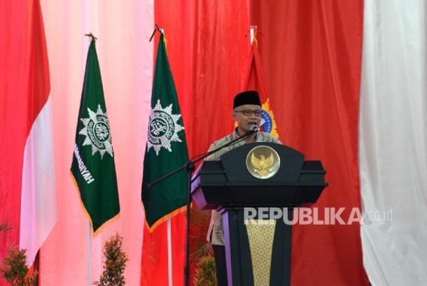 Ketua Umum PP Muhammdiyah Haedar Nashir memberikan iftitah pada Penutupan Tanwir Muhammadiyah di Islamic Center, Ambon, Maluku, Ahad (26/2). T