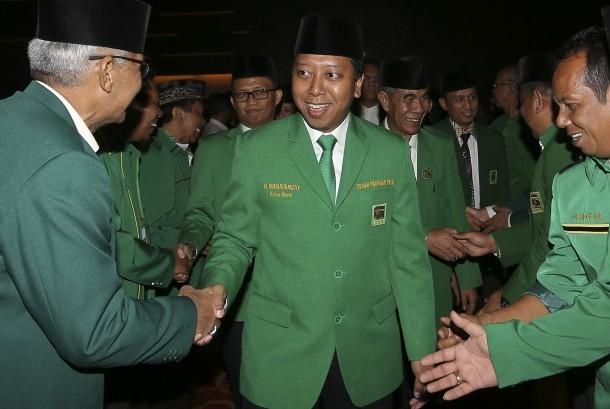 Ketua Umum PPP Romahurmuziy (tengah) berjabat tangan dengan sejumlah kadernya saat menghadiri Musyawarah Wilayah (Muswil) VIII Dewan Perwakilan Wilayah (DPW) PPP Sumatera Selatan di Palembang, Sumatera Selatan, Senin (25/7).