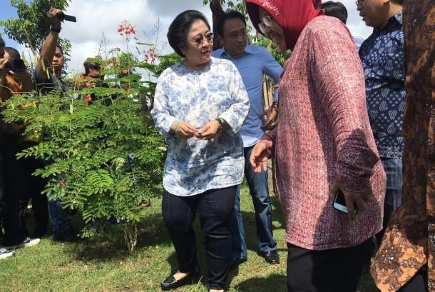 Ketum PDIP Megawati Soekarnoputri dan Wali Kota Surabaya Tri Rismaharini di Taman Harmoni.