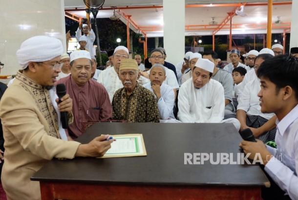KH Abdullah Gymnastiar (Aa Gym)  memandu syahadat seorang hamba Alloh yang masuk kedalam Islam.