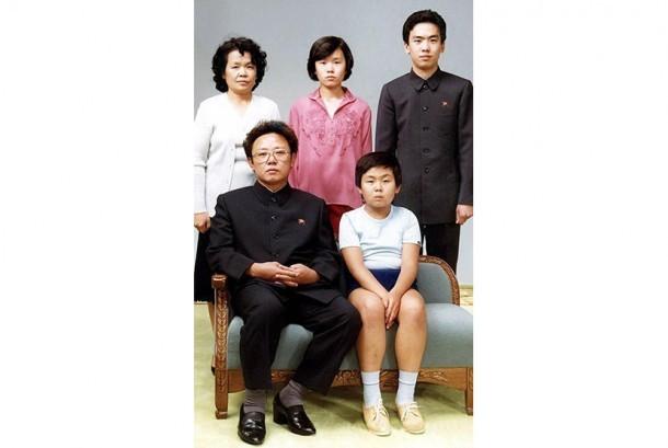 Kim Jong-nam (depan, kanan) duduk di samping ayahnya, pemimpin Korea Utara Kim Jong-il bersama keluarganya dalam foto yang diambil pada 1981.