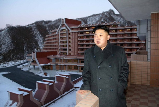 Kim Jong-un dengan latar belakang tampak resor ski Masirkryong