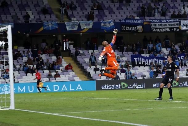 Kiper Pachuca, Oscar Perez (dua kanan), tak mampu menghalau tembakan yang dilepaskan pemain Gremio, Everton (tidak terlihat), dalam laga semifinal Piala Dunia Antarklub di Stadion Hazza Bin Zayed, Al Ain, Uni Emirat Arab, Selasa (12/12).